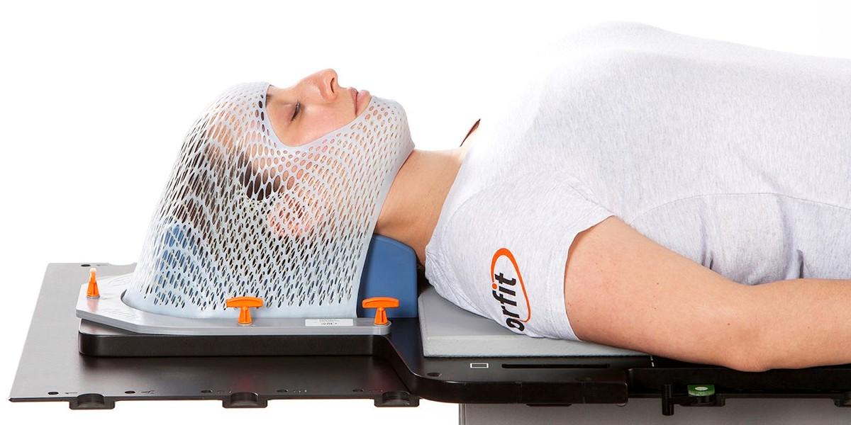 Фиксация положения пациента при лучевой терапии и радиохирургии эластичной маской, изготовленной индивидуально. Наркоз не требуется!